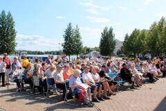 Yhteislaulutilaisuus Kuopion satamassa heinäkuussa.