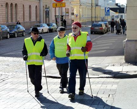 Pässit kävelykierroksella, Aarno kuvaa ja Heimo on jossakin järjestöhommissa.