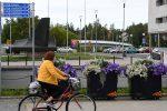 Nainen pyöräilee Oulussa