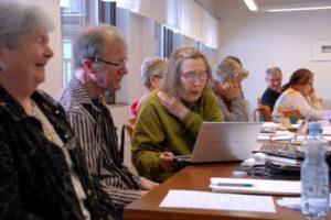 Kirjoittaja keskellä Eläkeläiset ry:n kirjoittakurssilla maaliskuun alussa Kuntorannassa.
